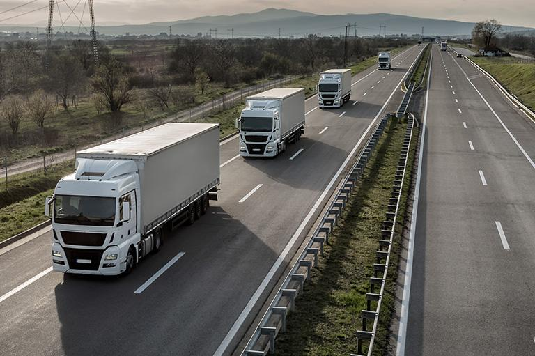 konwój ciężarówek